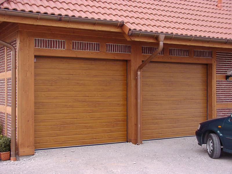 Гаражные ворота секционного типа выдержаны в архитектурном стиле дома