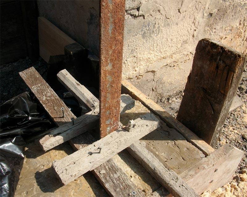 Способ закрепления уголка для усиления столбиков перед началом бетонирования фундамента