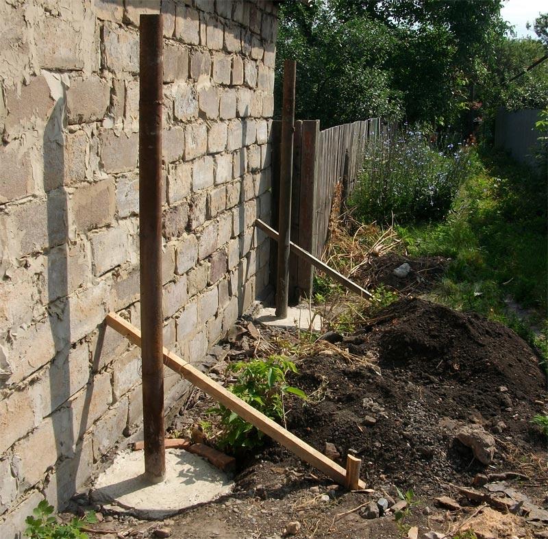 Установка и бетонирование стальных труб для забора из профнастила