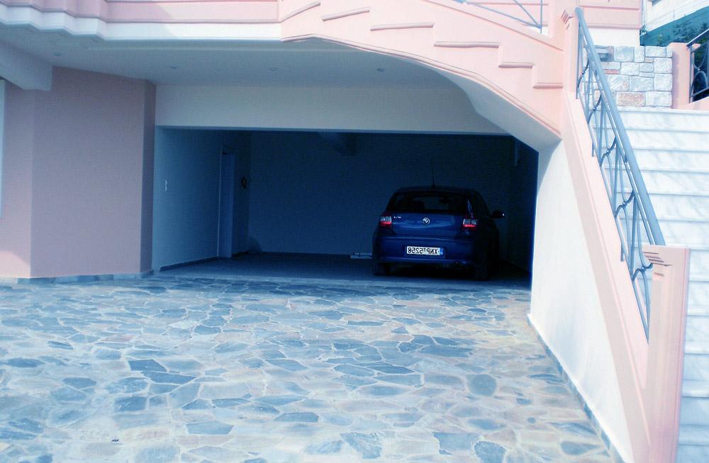 Встроенный гараж часто требует обустройства подъезда