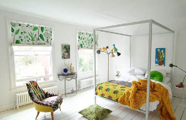 Светлая половая доска позволяет сделать комнату просторной и уютной