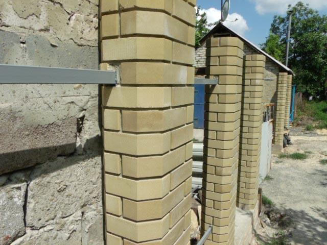 Забор с кирпичными столбиками перед монтажом профнастила