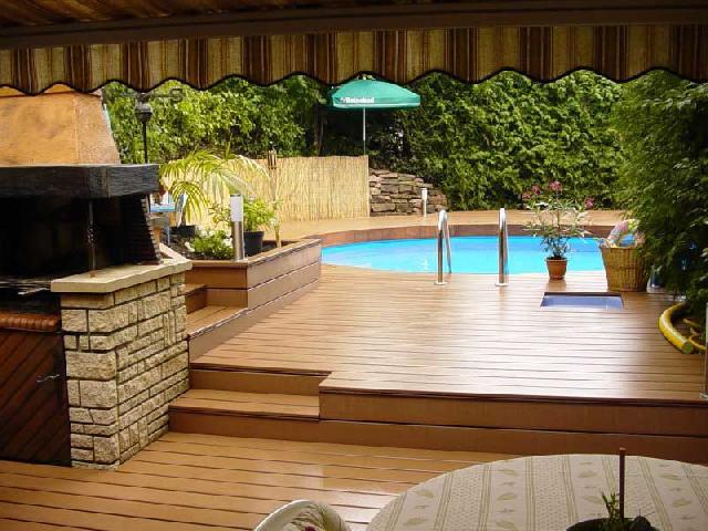 Напольное покрытие из лиственницы очень прочное, что позволяет использовать его возле бассейнов