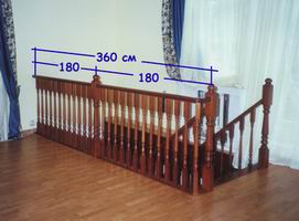 Конструкция лестницы с дополнительным столбом на ограждении длиной более 3 метров