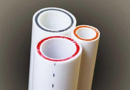 Цвет стекловолокна в полипропиленовых трубах не имеет значения и не влияет на качество продукции. Это своеобразный маркер, позволяющий сходу узнавать продукцию определенного производителя