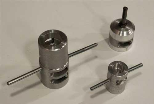 Эти инструменты компании «Эгопласт» используются для зачистки полипропиленовых труб, армированных алюминием. На фото - насадка на перфоратор, универсальный зачистной инструмент для четырех типоразмеров труб и стандартный зачистной инструмент на два типоразмера