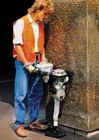 Одна из самых малогабаритных вибротрамбовок (32 кгс) на уплотнении пазух у колонн (Wacker)