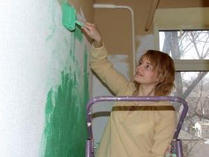 Чем покрасить бумажные обои: можно ли красить водоэмульсионной краской, инструкция, видео и фото