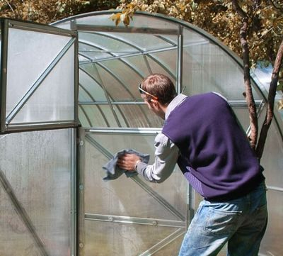 Подготовка теплицы осенью: уборка, удобрения, общий уход, выбор средств для мытья, советы как ухаживать за теплицей из поликарбоната, стекла, пленки