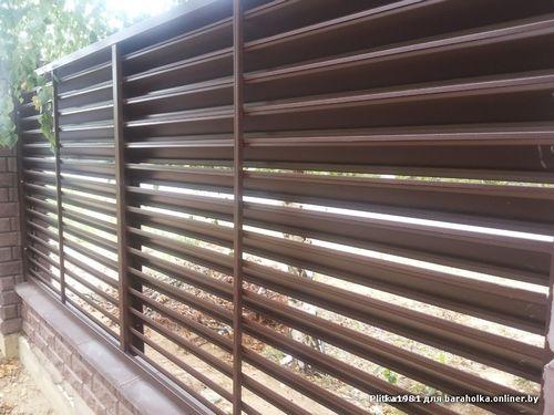 Забор жалюзи (41 фото): металлические горизонтальные жалюзийные конструкции, ограждения из металла